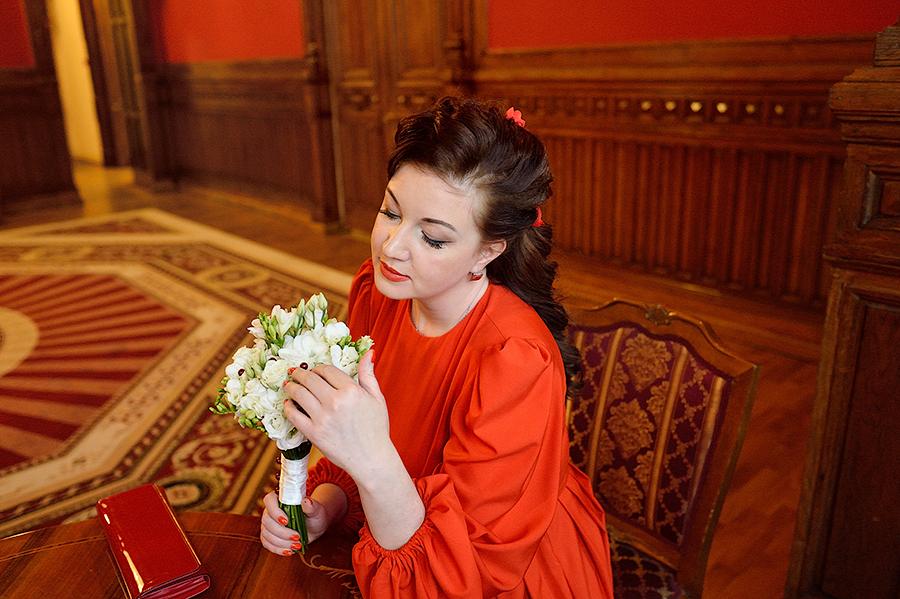 Необычный образ невесты в зале ожидания во Дворце на Фурштатской в Петербурге.