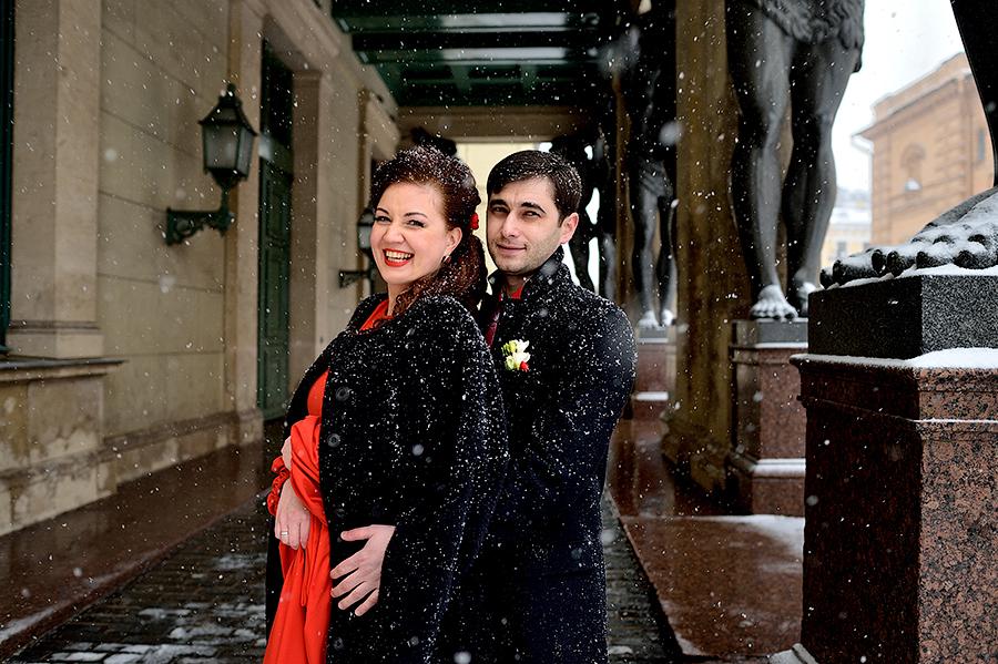 Свадебная прогулка с женихом и невестой зимой в Петербурге.