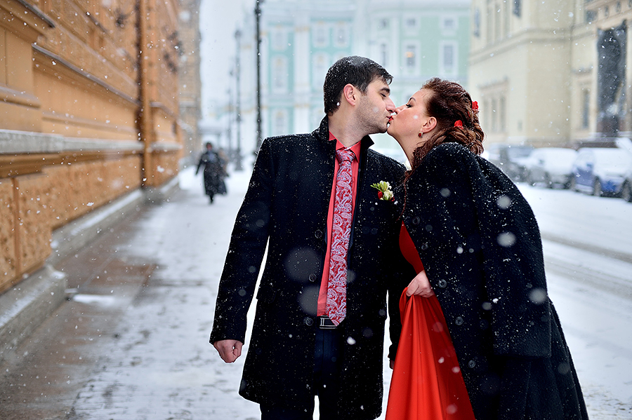 Свадебная прогулка под снегом в Петербурге.