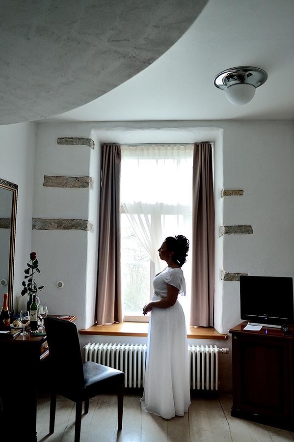 Невеста в отеле перед приходом жениха. Свадьба в Таллинне.