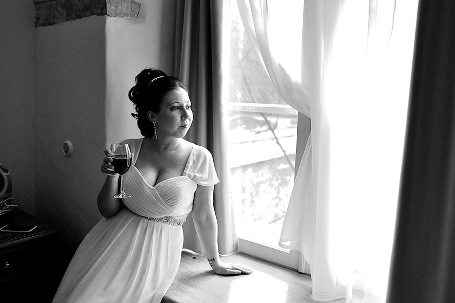 Невеста в ожидании жениха. свадьба в Таллинне.