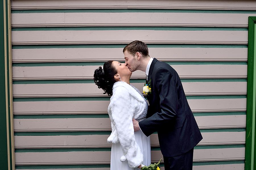 Поцелуй жениха и невесты в Таллинне. Свадьба в Таллине.