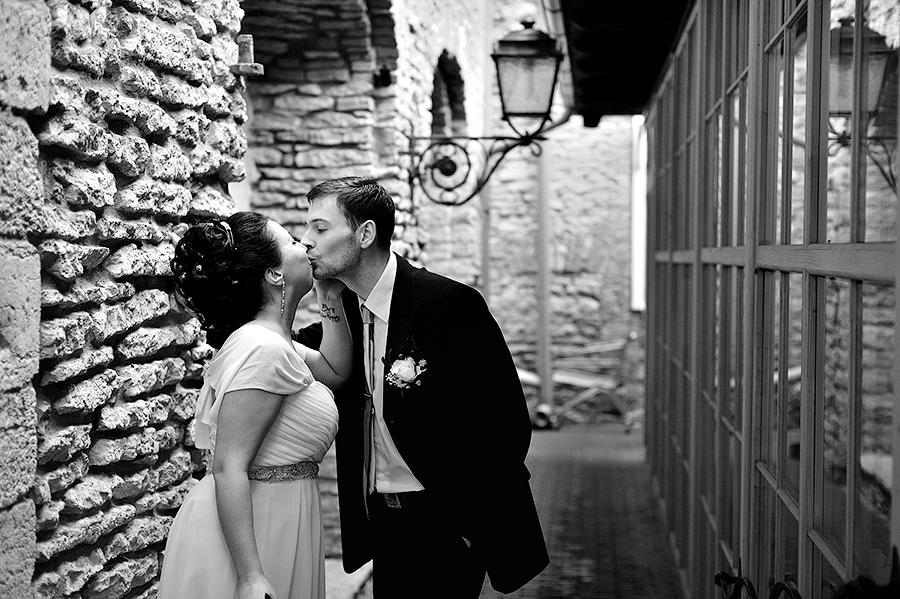 Поцелуй жениха и невесты. Необычные места для съемки свадьбы в Таллинне.