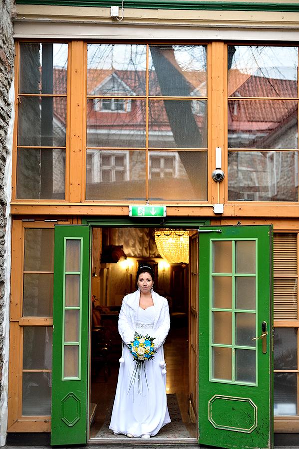 Портретная фотосессия невесты в гостинице в Таллинне.