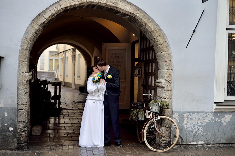 Свадебная прогулка жениха и невесты в Таллине.