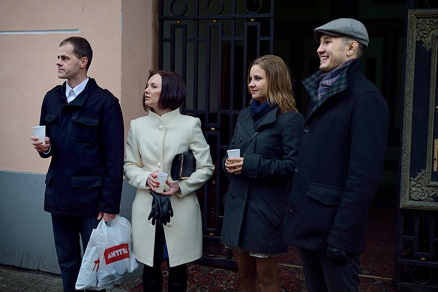 Друзья и гости на свадьбе во время свадебной прогулки в Таллине,