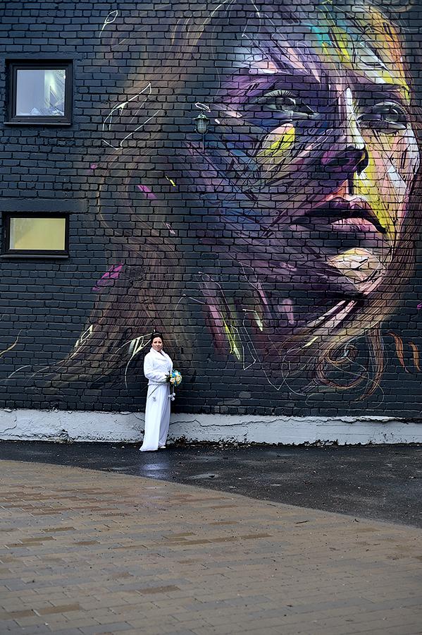 Портретная фотосессия на фоне граффити в Таллинне.
