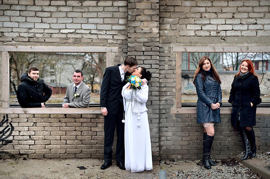 Необычные фотографии жениха и невесты с гостями. Свадьба в Эстонии.