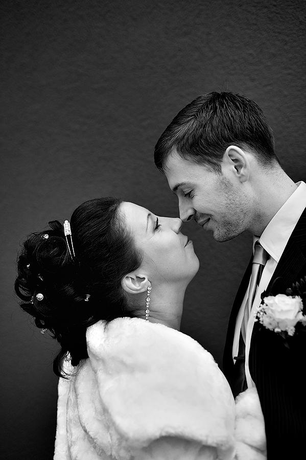 Нежности от жениха и невесты на свадебной фотосессии в Таллинне.