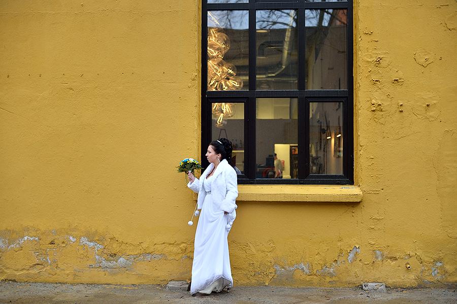 Невеста прогуливается по району Telliskivi в Таллинне.